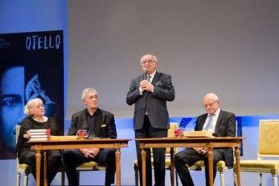 """Grupa MAZURKAS fundatorem rzeźby """"W hołdzie polskim artystom baletu"""" przy Teatrze Wielkim - Operze Narodowej."""