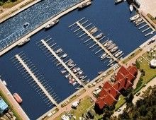 Hotel Bakista w Łebie nad morzem obok portu jachtowego Łeba