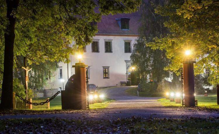 Pałac Krobielowice brama wjazdowa wieczorem