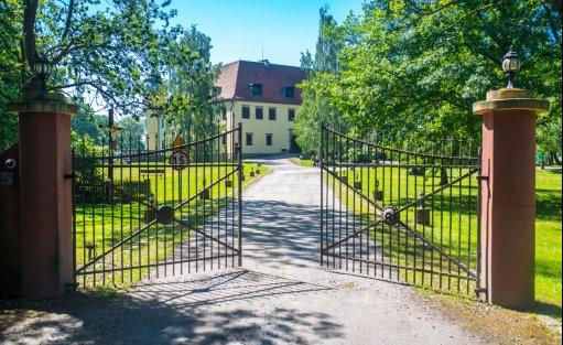 Pałac koło Wrocławia. Brama wejściowa.