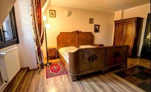 Stylowo urządzony pokój hotelowy w Pałacu Krobielowice położonym w Parku Krajobrazowym Doliny Bystrzycy