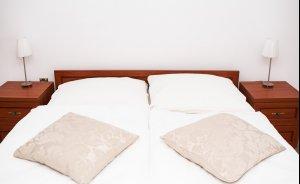 Łóżko małżeńskie w pokoju Comfort w zabytkowym Pałacu Krobielowice koło Wrocławia