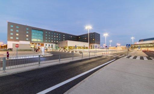 Widok na hotel od strony Lotniska Chopina