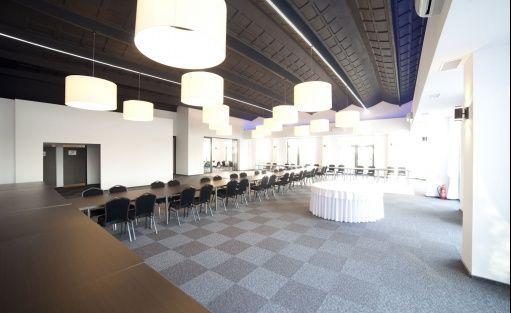Sala PIANO - ustawienie w rząd, przygotowanie do kolacji bankietowe